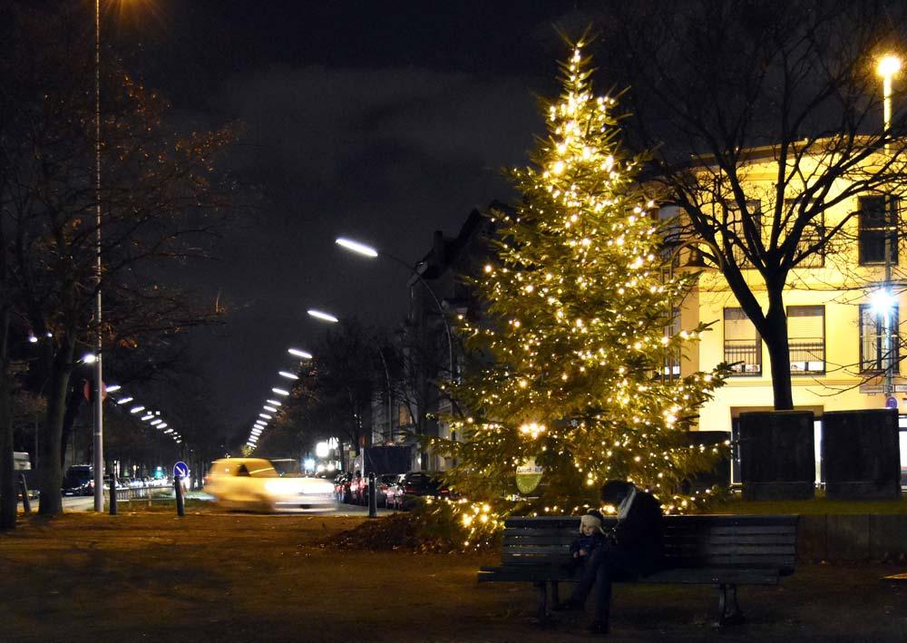 Weihnachten 2018: Der Weihnachtsbaum leuchtet am Franz-Neumann-Platz