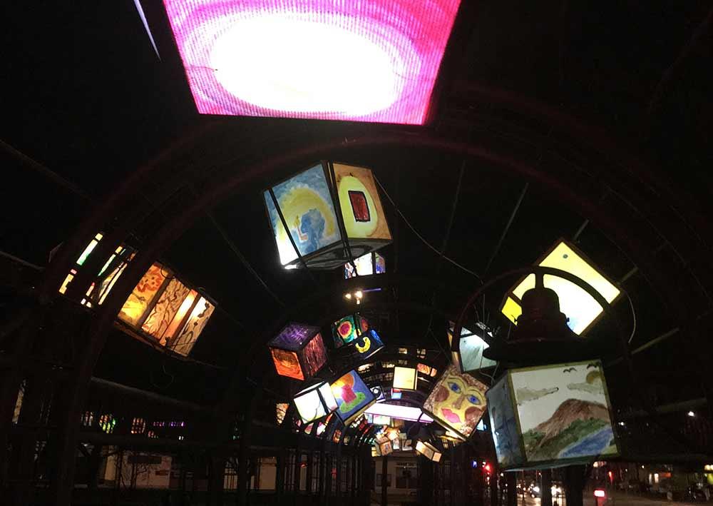 lampions erleuchten im Dezember den Franz-Neumann-Platz in Berlin-Reinickendorf